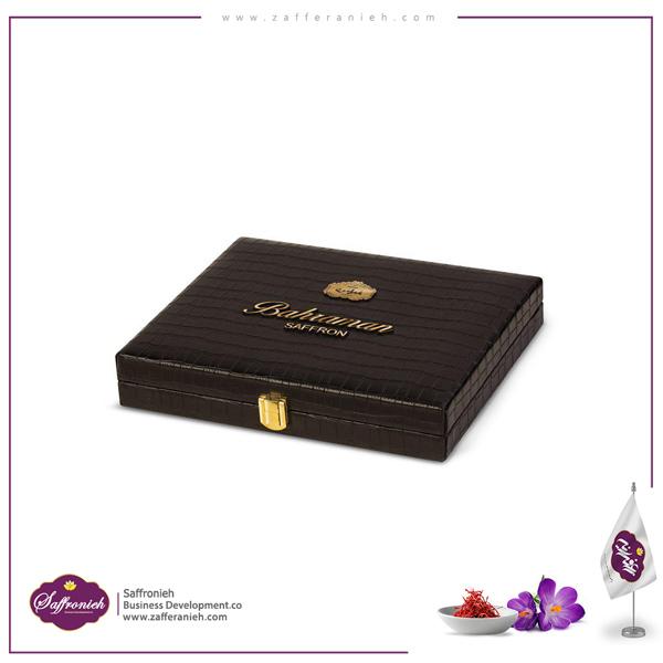 پک هدیه یادگار بهرامن پک هدیه یادگار مجموعه بهرامن که به میزان ۵ مثقال زعفران با کیفیت بهرامن در آن قرار دارد