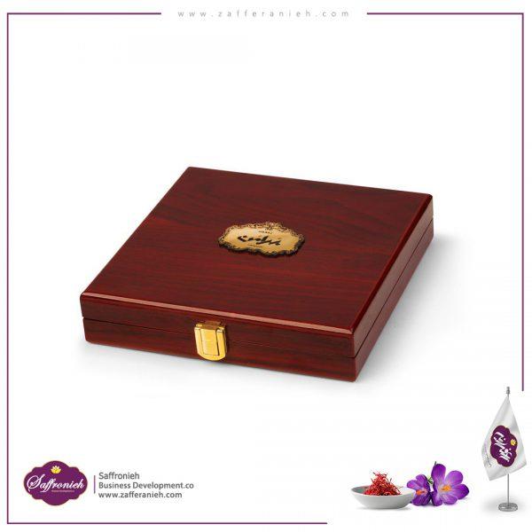 3 مثقال لوکس بسته بندی کادویی زعفران خالص : 3 مثقال ( 14 گرم ) نوع بسته بندی: جعبه کادویی چوبی درجه زعفران : نگین